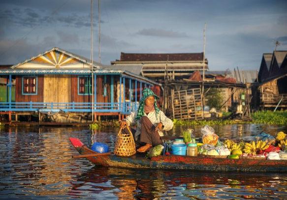 Local_Cambodian_seller_in_floating_market..jpg