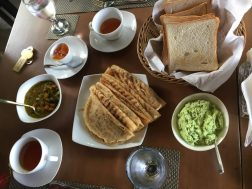 Sri Lankaanse ontbijt curry in het Wilpattu Tree House Hotel.