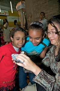 Sheri shows local Egyptian girls their photos