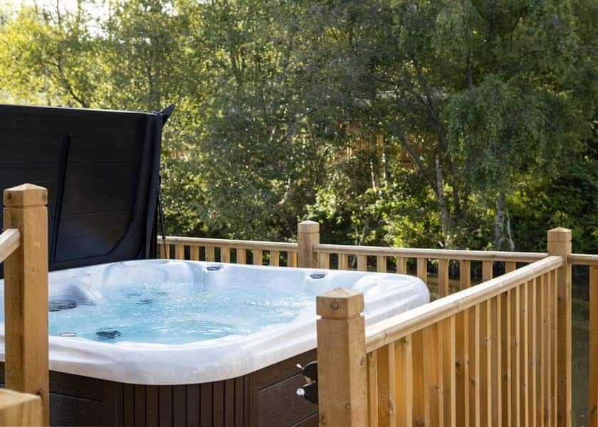 Lodges with hot tubs in Dorset - Warmwell Lodge Hot Tub on veranda, Weymouth