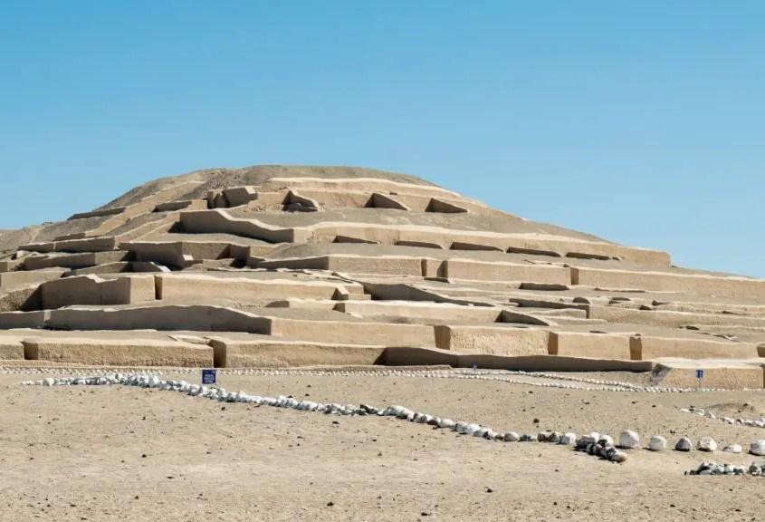 davanti al tempio di Cahuachi a Nasca
