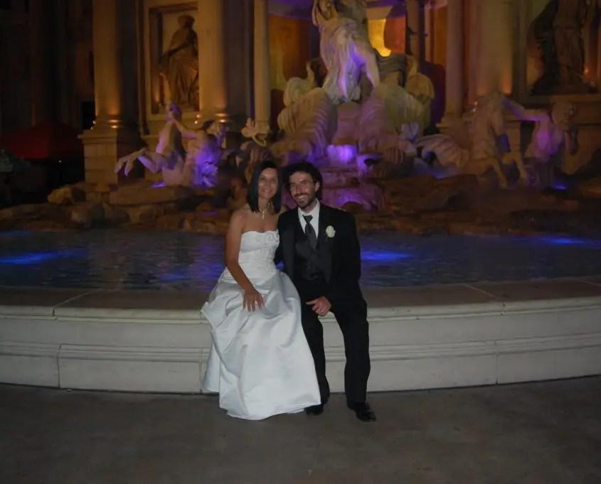 Claudia e Gabri davanti alla fontana del Bellagio
