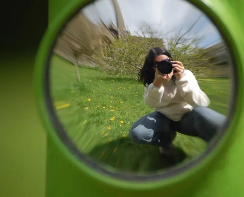Claudia che fotografa riflesso a lacock