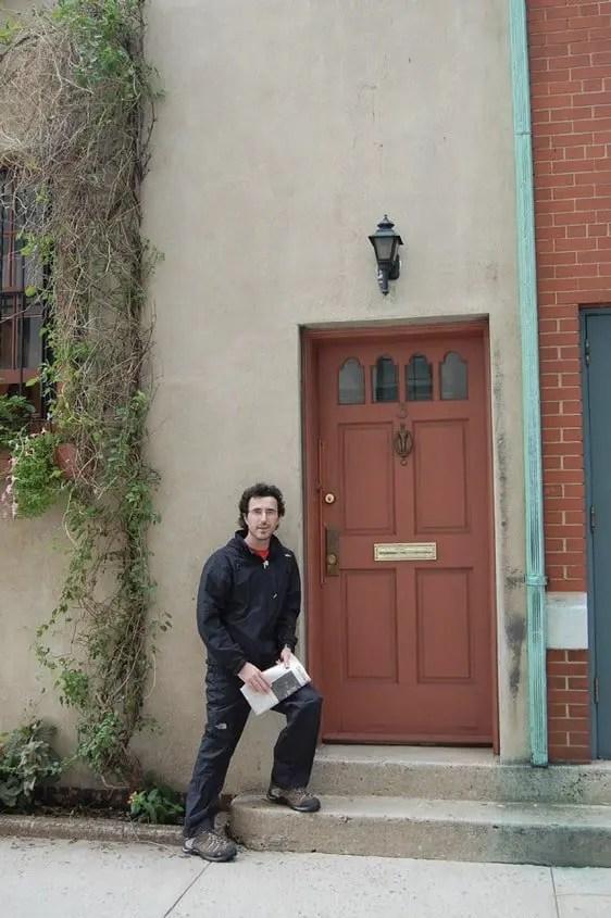 Gabri davanti alla porta della casa di Martin Mystère