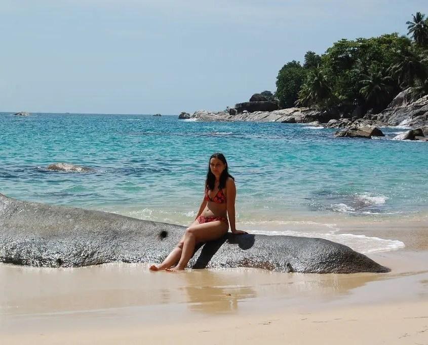 Claudia in spiaggia alle Seychelles