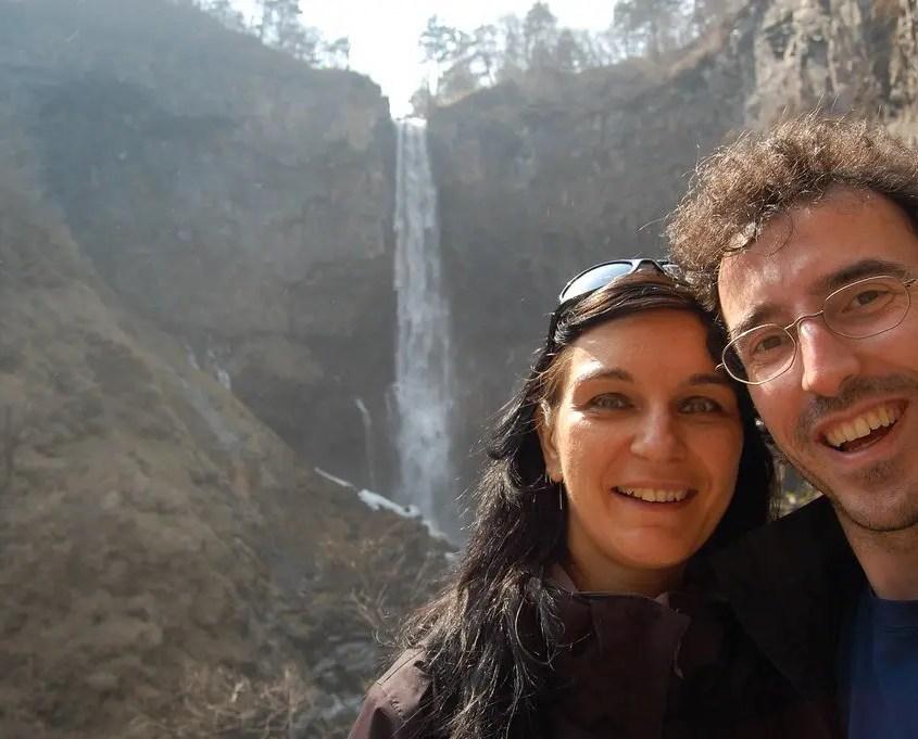 Claudia e Gabri davanti alla kegon no taki