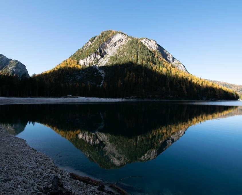 lago braies riflesso montagna
