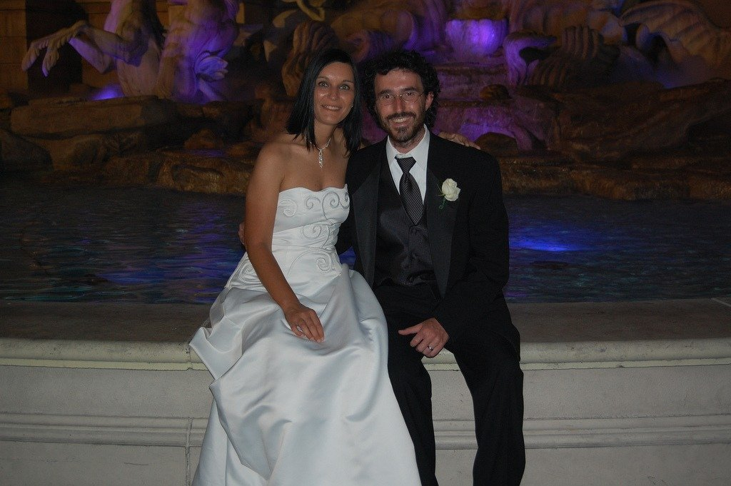 Claudia e Gabri davanti alla fontana del Bellagio dopo il nostro matrimonio