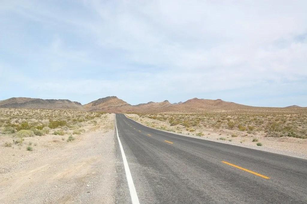 Strada deserta nel nulla