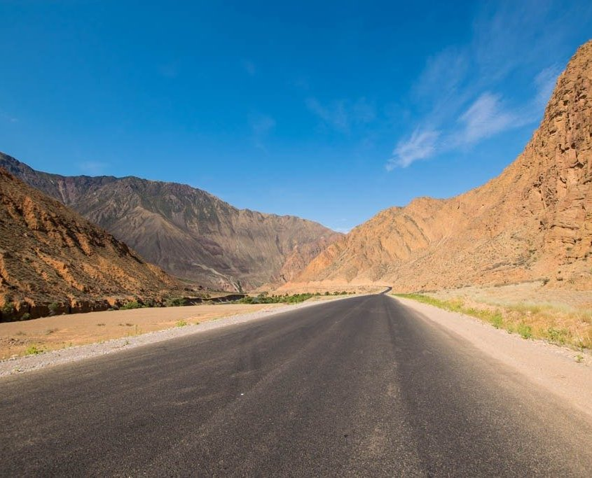strada in Kirghizistan