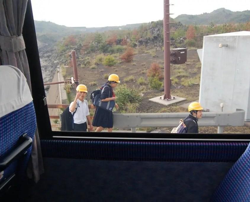 studenti con il caschetto giallo a sakurajima