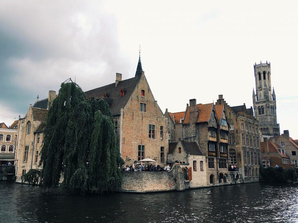 Ein Wasserkanal mit Häusern und einen Turm in der Ferne