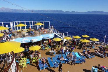Sonnendeck auf einem Kreuzfahrtschiff