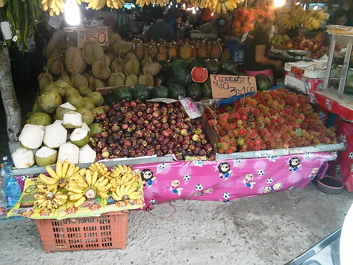 In places where foreigners frequent, the price is not always posted for fruit. Mangosteen was sold for 100 baht a kilo to foreigners and a third of the price to locals.