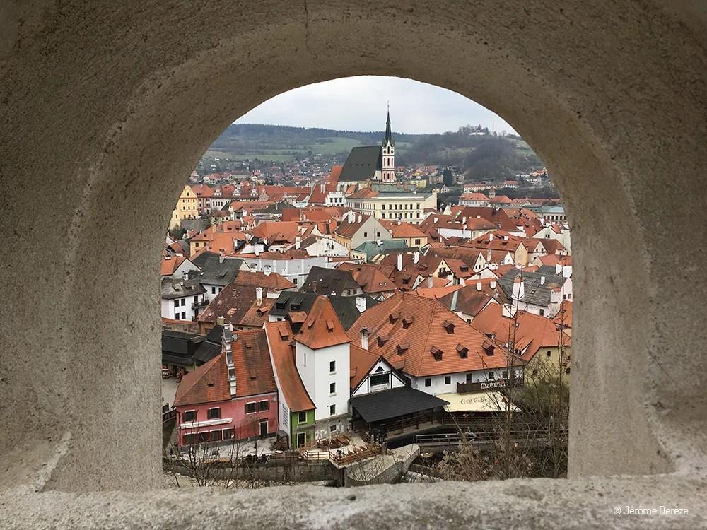 La vue sur Cesky Krumlov entre l'arche et les jardins