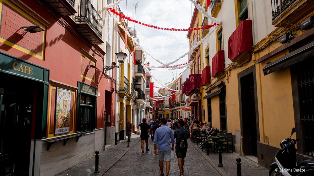 Voyager en solo en Espagne - Visiter les beaux quartiers de Séville en Andalousie