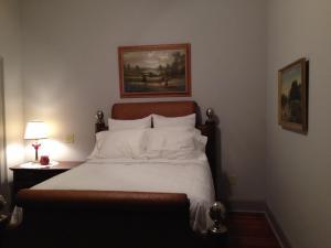 Queen Hemingway Bed in One Bedroom Loft