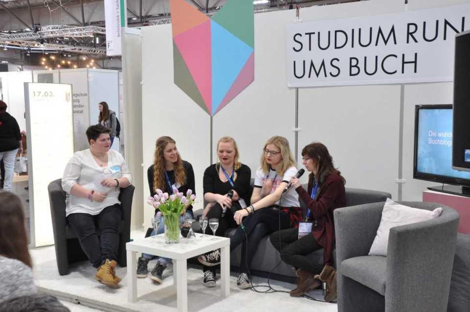 Gespräch auf der Leipziger Buchmesse 2018 mit Mareike (Crow and Craken), Anna (Ink of Books) und Jennier (Lesen in Leipzig).