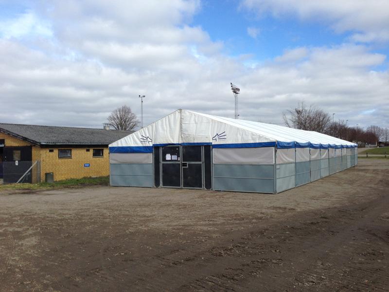Fyens Væddeløbsbane har fået rejst et teltstald for at kunne huse de mange gæstende heste til eftermiddagens løb