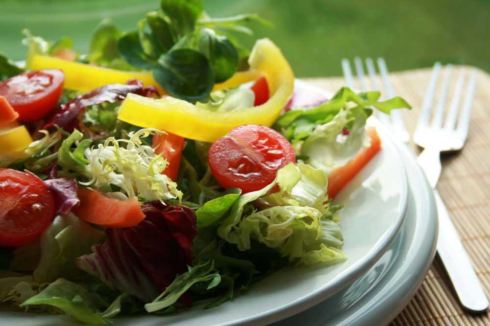 Salata za doručak uz parče kvalitetnog hleba od celih žitarica