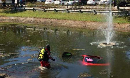 Car rolls into Stuart retention pond