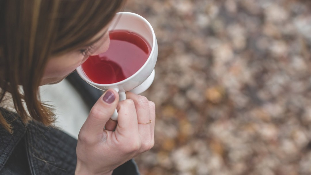 woman-drinking-healthy-tea-for-asthma