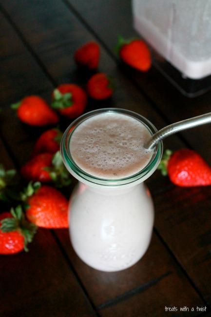 Strawberry Cashew Smoothie // treatswithatwist.com