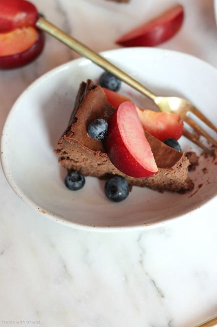 Small-Batch Chocolate Cheesecake // no crust, gluten free // treatswithatwist.com