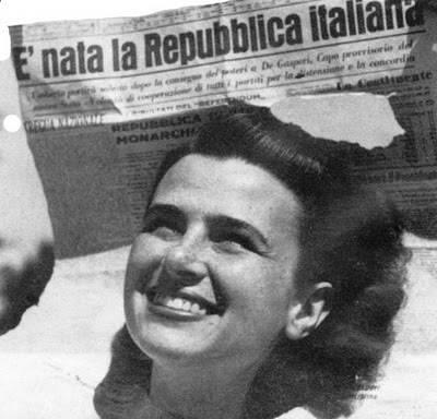 Questa famosa fotografia di Federico Pantellani – uno dei protagonisti del fotogiornalismo italiano – è diventata una delle immagini-simbolo del referendum istituzionale italiano del 1946; è stata scattata durante una della manifestazioni che festeggiavano il risultato referendario.