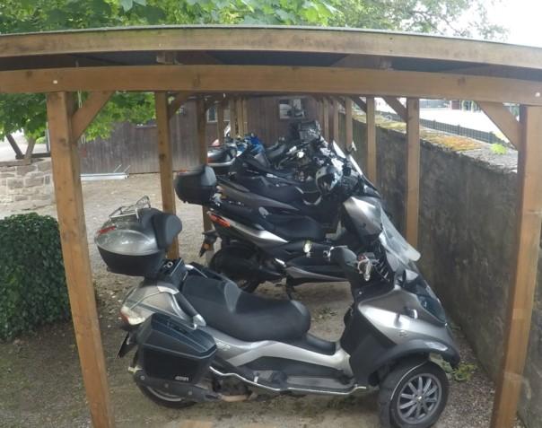 Überdachte Motorroller
