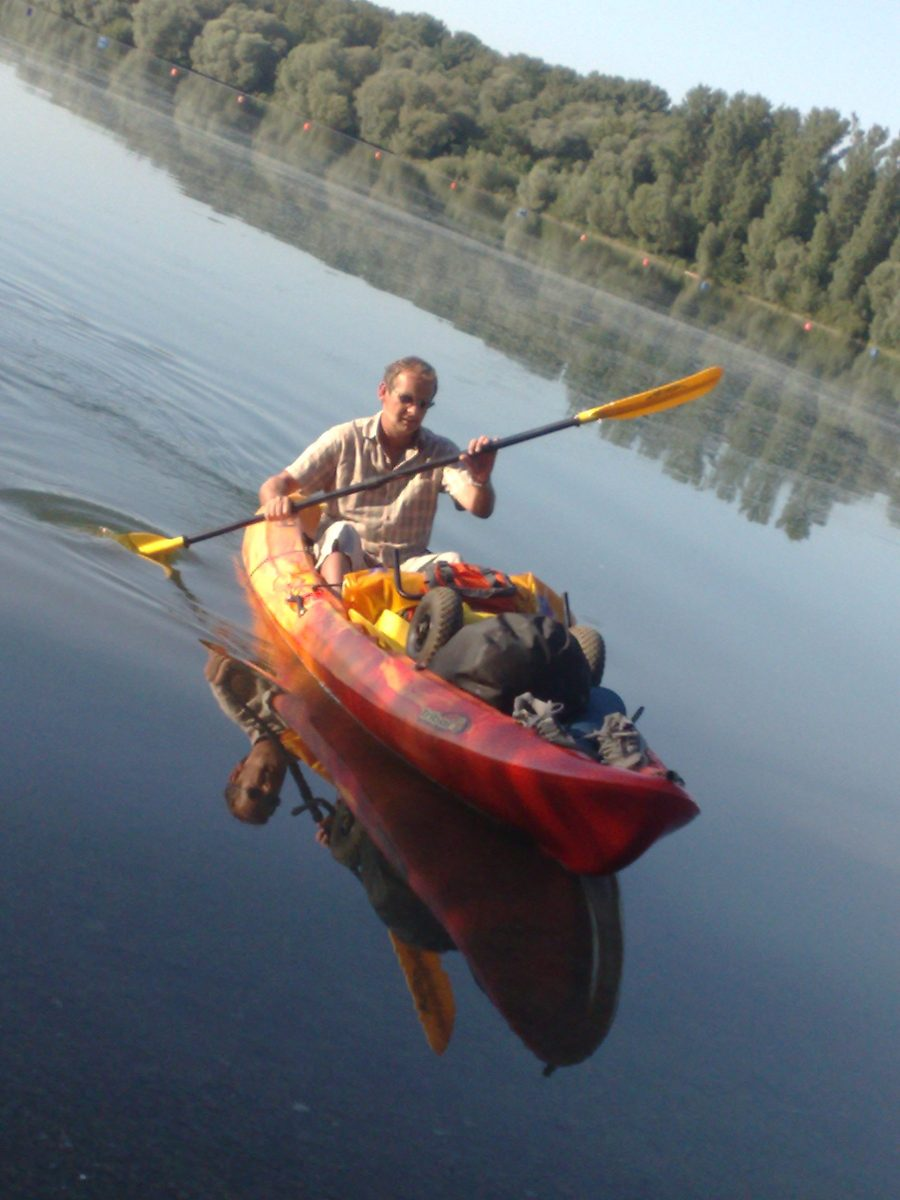 Mit dem Kajak am See beim Treibholz sammeln