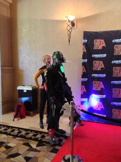 Um muito bem feito Borg; esse cidadão é tão figurinha carimbada das convenções que Adam Malin, co-fundador da Creation, já o recebe pelo nome no palco.