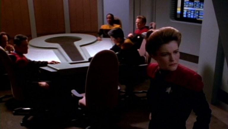 Janeway e tripulação na sala de reuniões