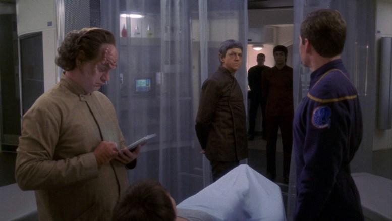 T'Pol e Sopek na enfermaria da Enterprise