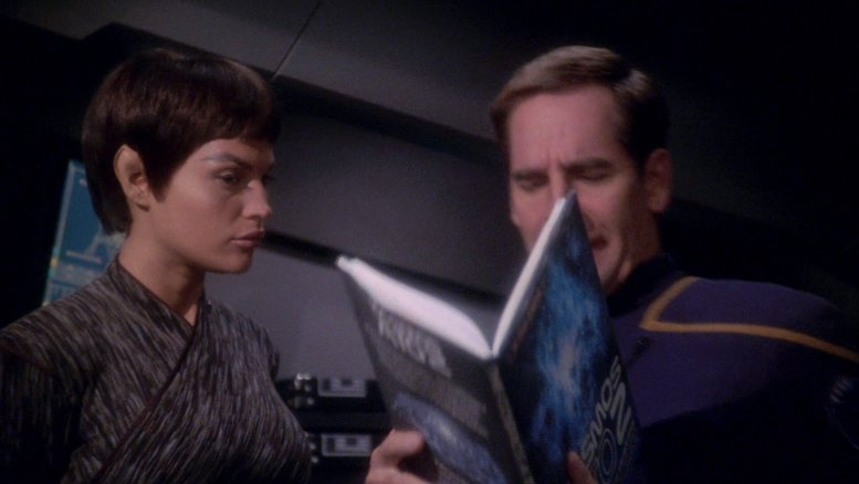 T'Pol e Archer vendo um livro