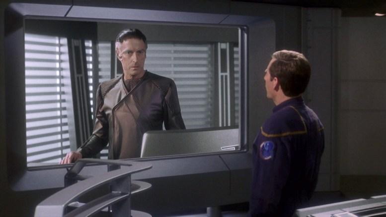 Archer conversando com oficial Mazarita