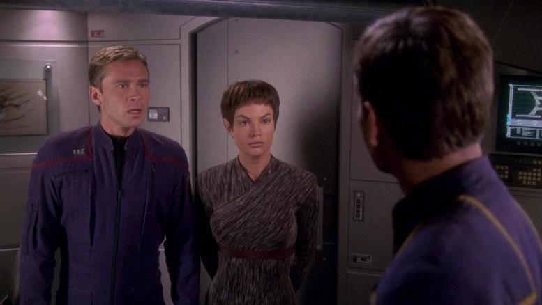 Tucker e T'Pol reagem ao fim da missão da Enterprise