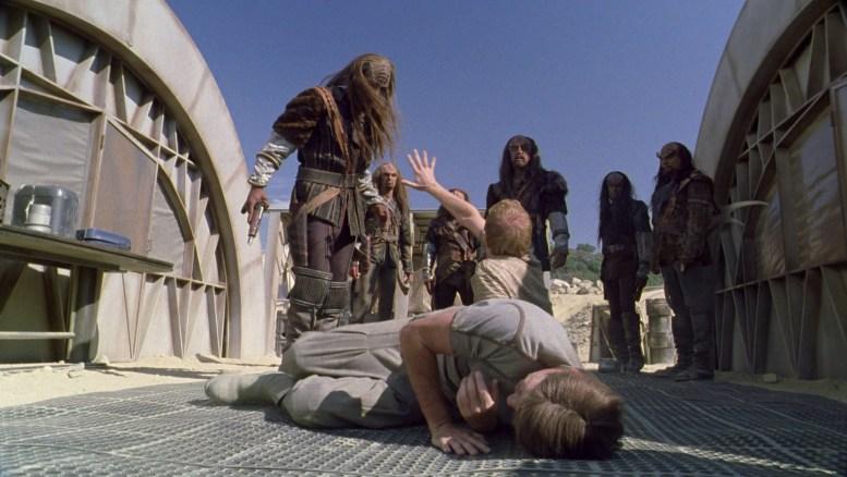 Klingon Korok batendo nos mineradores Tessic e Maklii