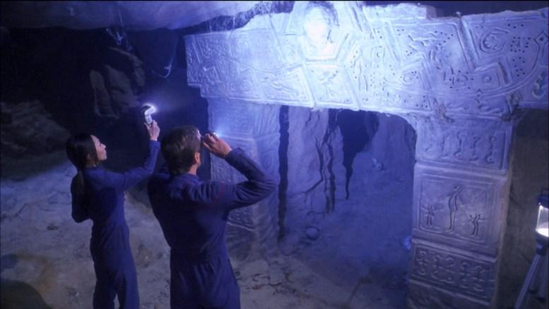 Hoshi e Tucker visitando ruínas