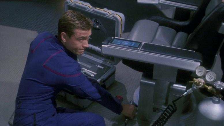 Trip consertando a cadeira do capitão