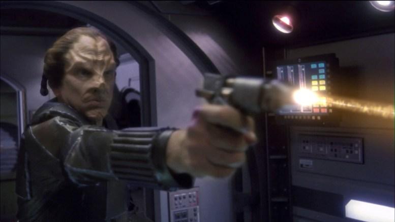 Firek Goff atirando contra a tripulação da Enterprise