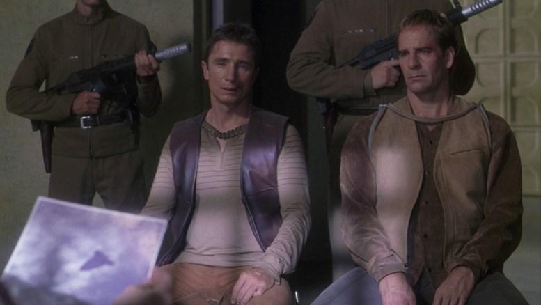Reed e Archer sendo interrogados pelo general Gosis