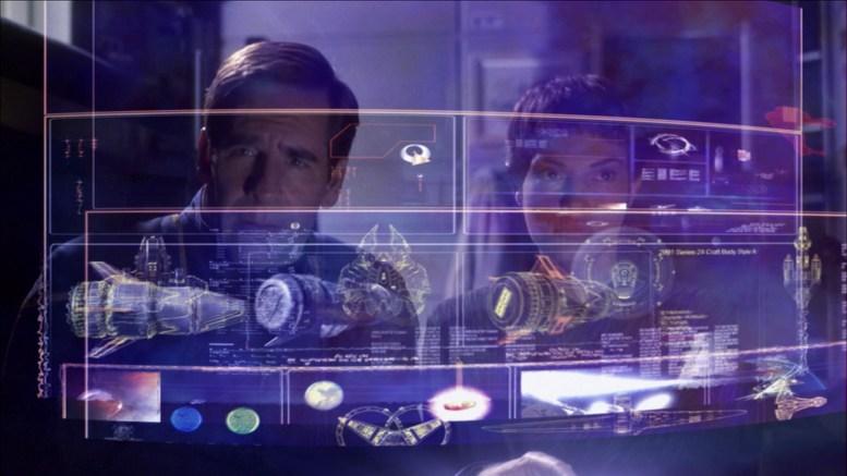 Archer e T'Pol procurando informações sobre cápsula do futuro em dispositivo deixado por Daniels