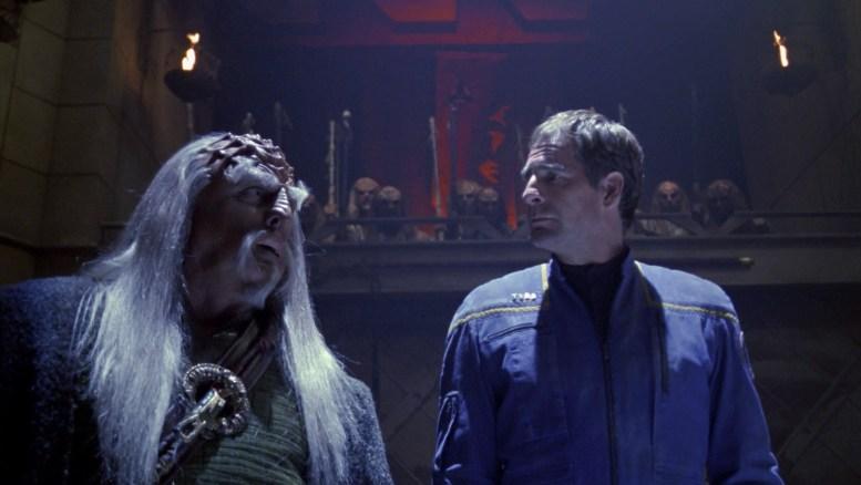 Archer com seu defensor Kolos em julgamento