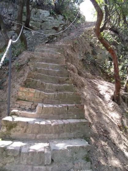 La ripida scalinata verso Punta Manara