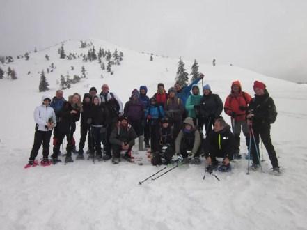 Foto di gruppo con il cartello segnavia sommerso dalla neve