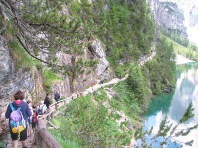 Il sentiero che costeggia il lago di Braies