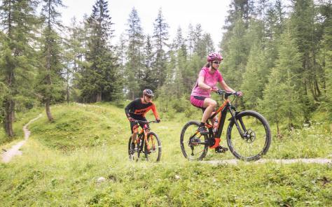 Abseits der Straßen: Mit E-Mountainbikes können auch durchschnittlich trainierte Sportler die Welt der Berge erkunden.