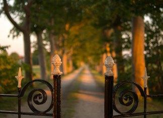 Jakie zabezpieczenia warto zainstalować na terenie posesji?