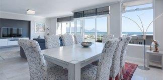 salon połączony z jadalnią - stół i nowoczesne krzesła